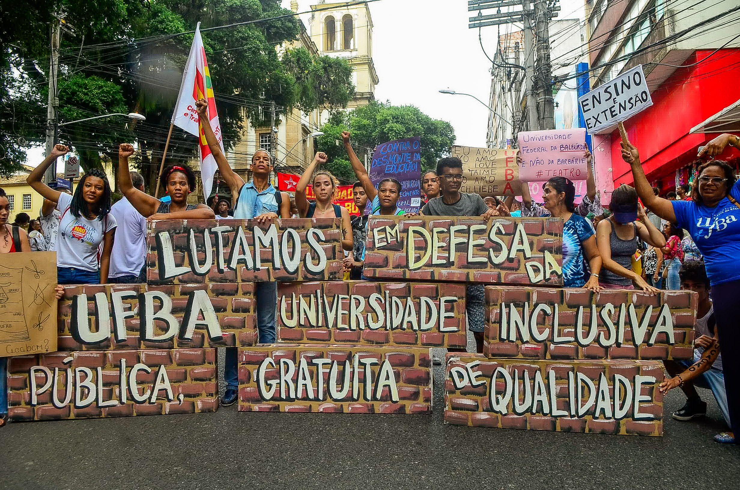 Professores e estudantes protestam em Salvador