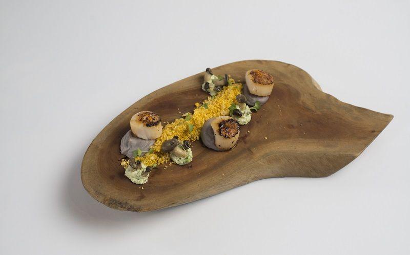 Vieras sobre purê de batata-doce com farofa de urucum e aïoli de coentro