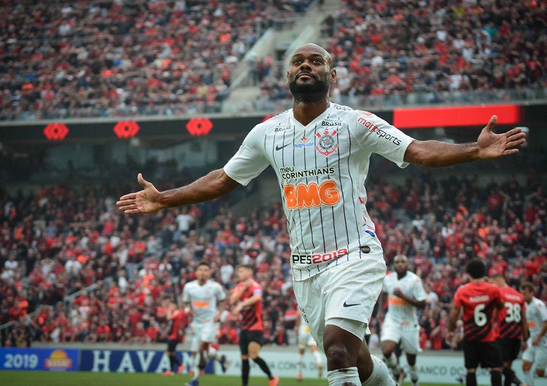 Corinthians bate reservas do Athletico-PR fora e ameniza pressão