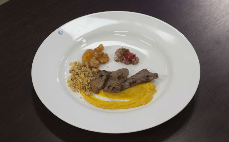 Carne de sol com purê de abóbora, farofa e vinagrete