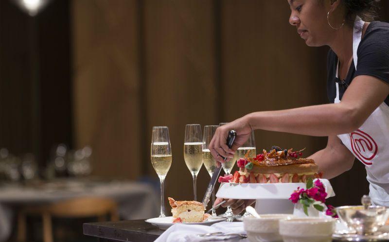 Genoise com nougatine, flor de pasta de amêndoas, creme anglaise e frutas vermelhas marinadas