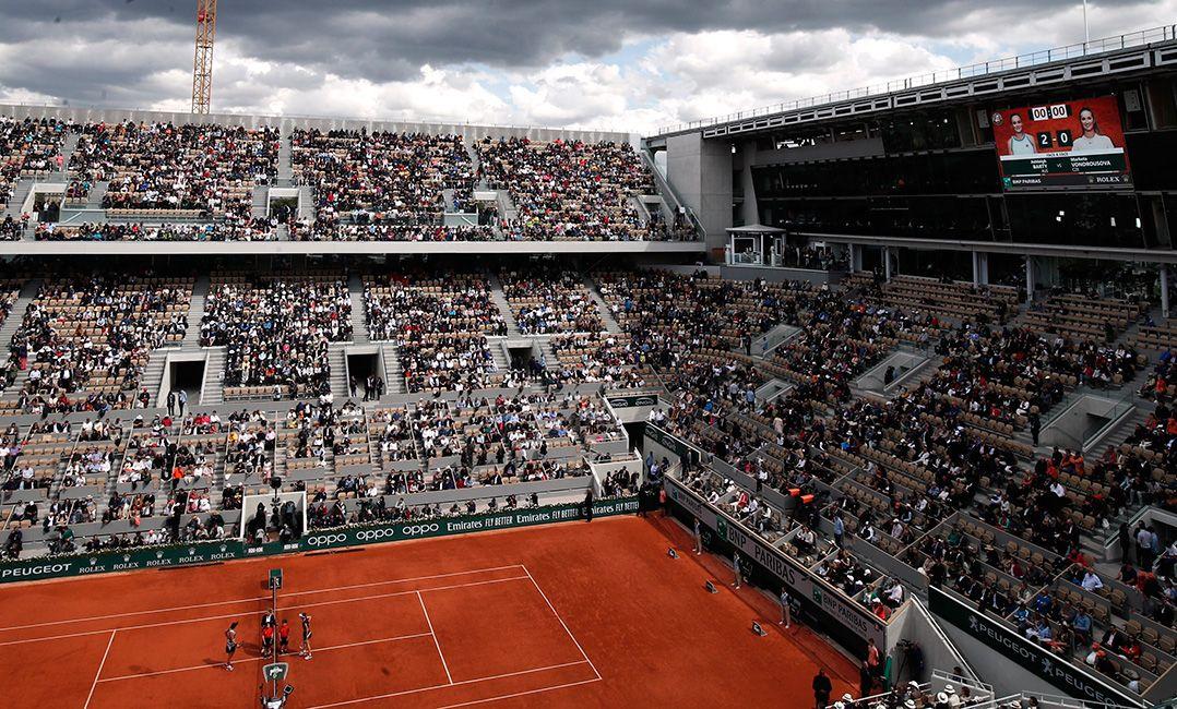 Roland Garros usa funcionários para preencher cadeiras vazias