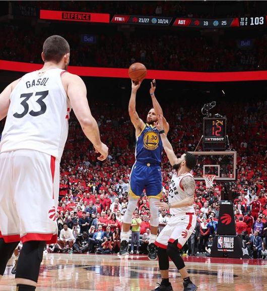 Curry marcando para os Warriors / Divulgação / NBA