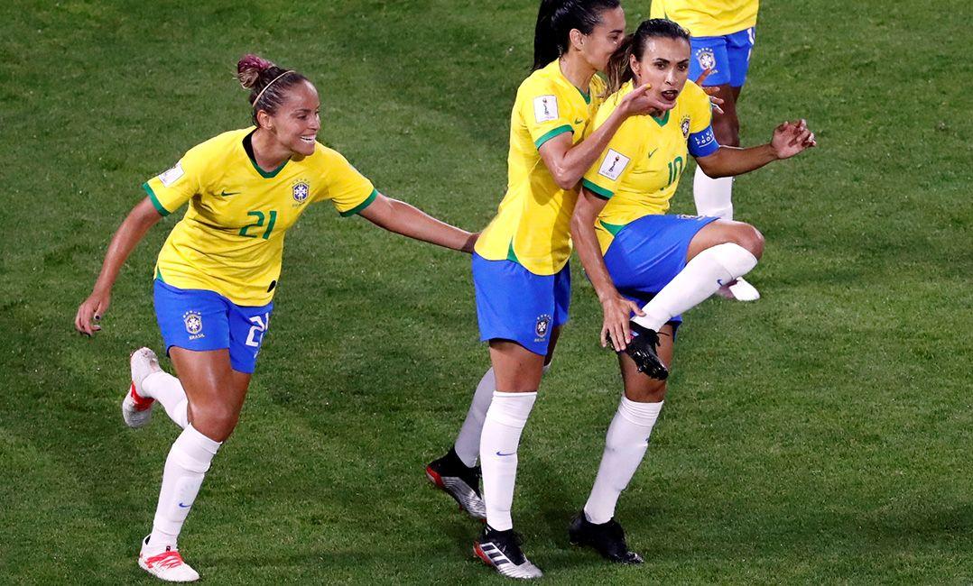 Marta faz história, Brasil bate Itália e se classifica