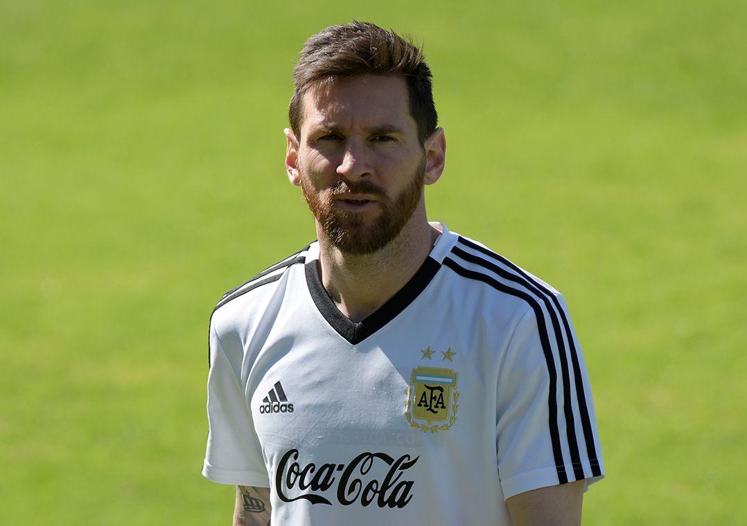 Treino da Argentina é marcado por papo de Messi e Scaloni com elenco