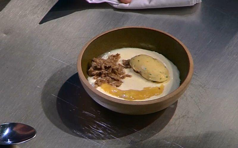 Sorbet e compota de araçá boi com creme de coco e farofa de bolo de castanha