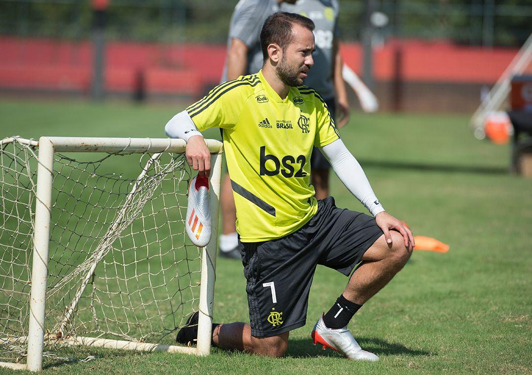 Com lesão no calcanhar, Everton Ribeiro é ausência diante do Cruzeiro