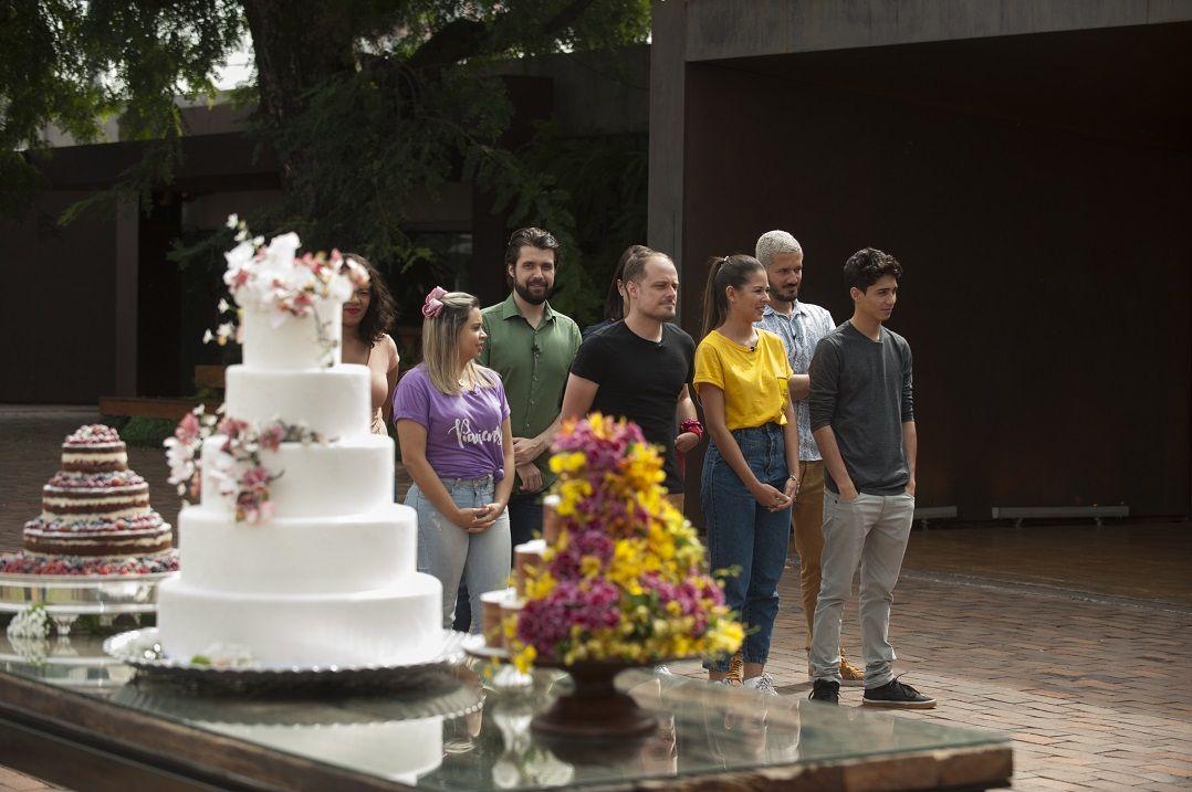 Cozinheiros preparam bolo de casamento durante prova em equipe
