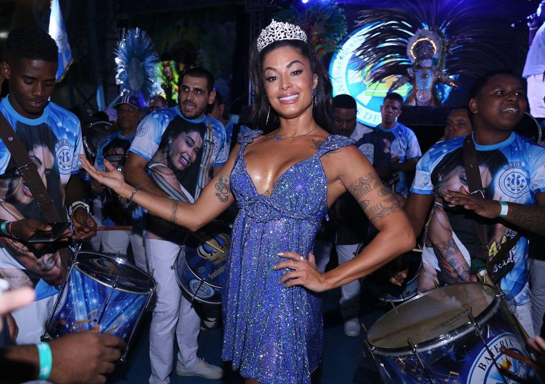 Aline Riscado é coroada rainha da Vila Isabel no lugar de Sabrina Sato