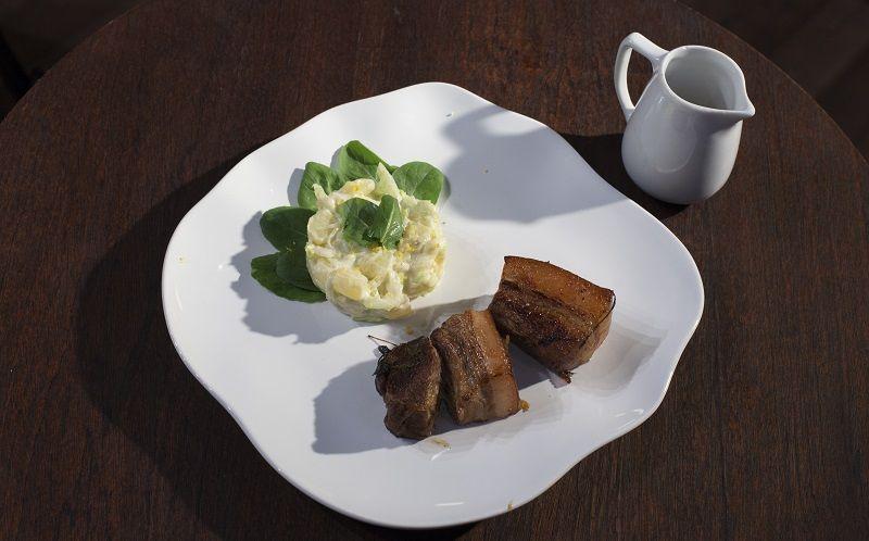Barriga de porco com salada de batata
