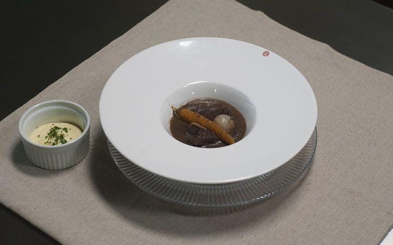 Bife bourguignon com purê de batatas
