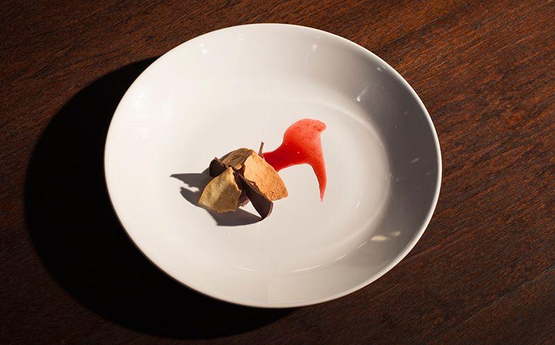 Tartelete de ganache de chocolate Ruby com coulis de frutas vermelhas e vinho do Porto