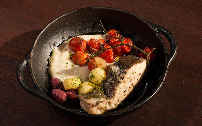 Bacalhau no vapor com purê de inhame, tomate confit e batata