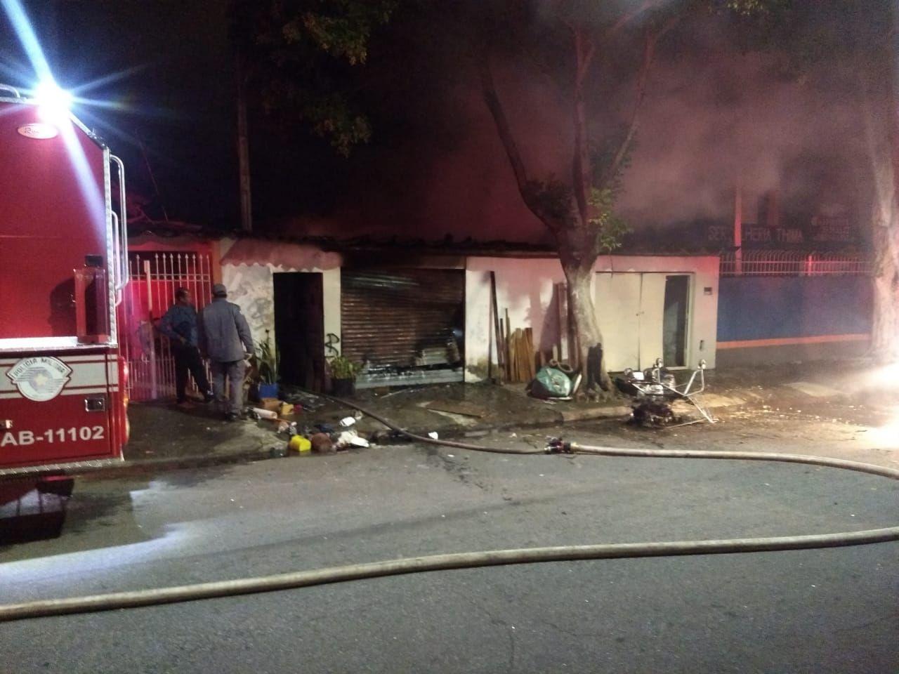 Mulher morre queimada após casa pegar fogo em São José dos Campos