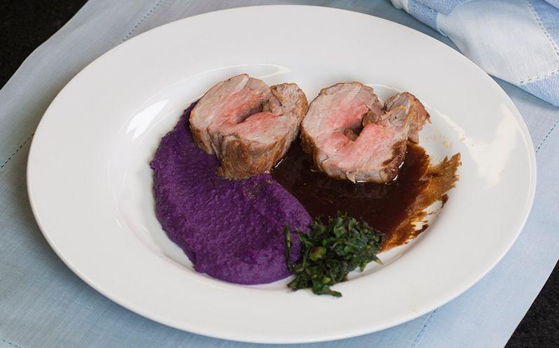 Filé suíno recheado de foie gras com purê de batata-roxa, taioba e molho de carne