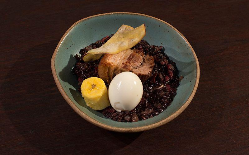 Barriga de porco, banana e ovo mollet sobre arroz carreteiro com carne de sol