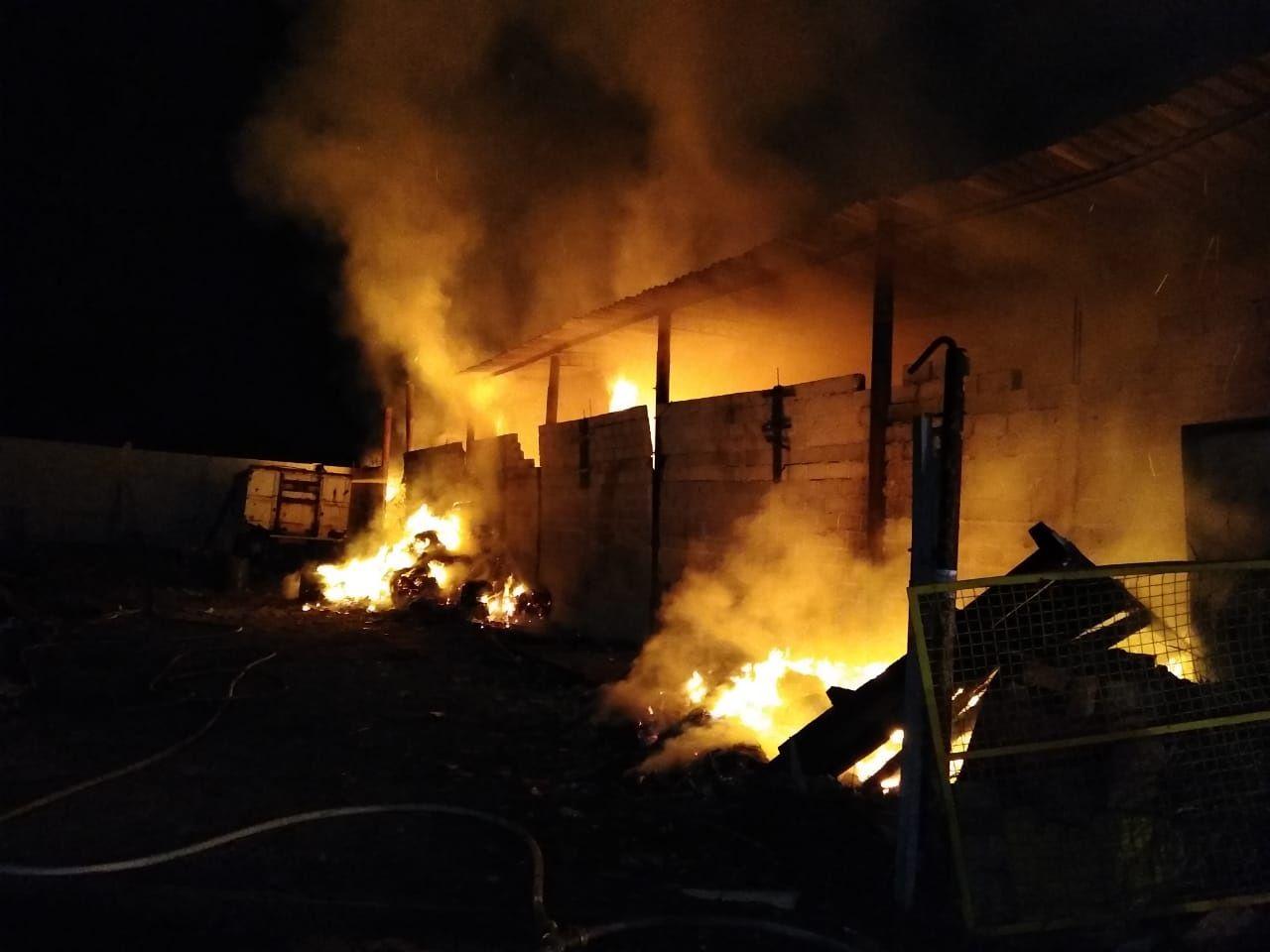 Galpão de reciclagens pega fogo em Tremembé