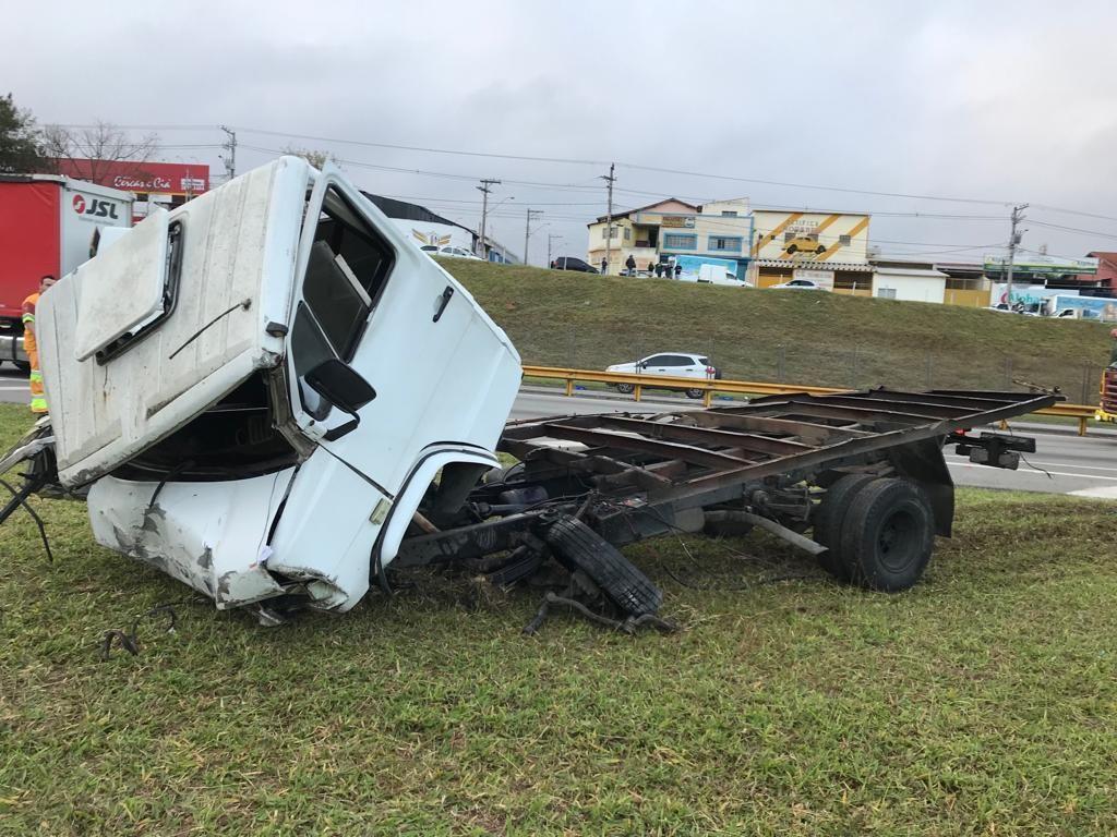 Colisão entre caminhões deixa dois feridos na Dutra em Taubaté