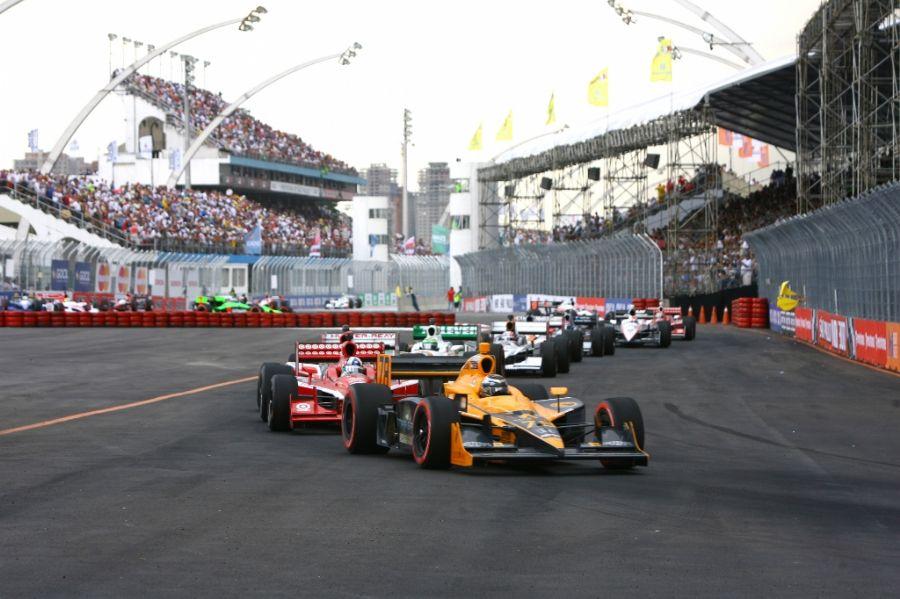 Carros da Indy entram na pista neste sábado