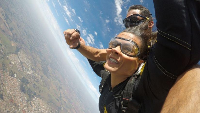 Kaká aceita desafio e faz salto de paraquedas no Melhor da Tarde