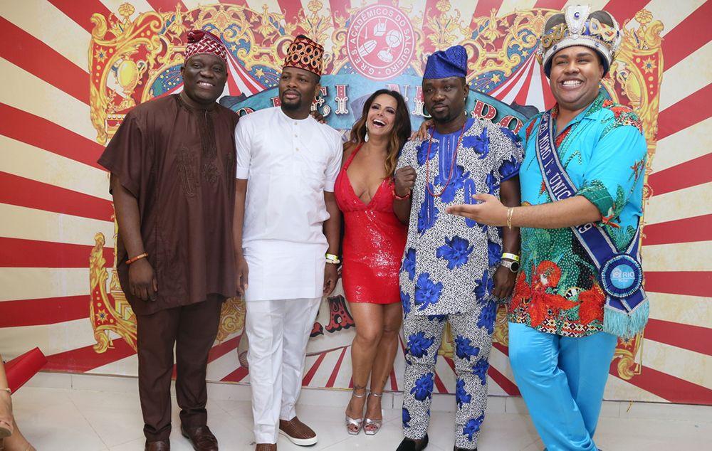Viviane Araújo e o Rei Momo ao lado da comitiva nigeriana
