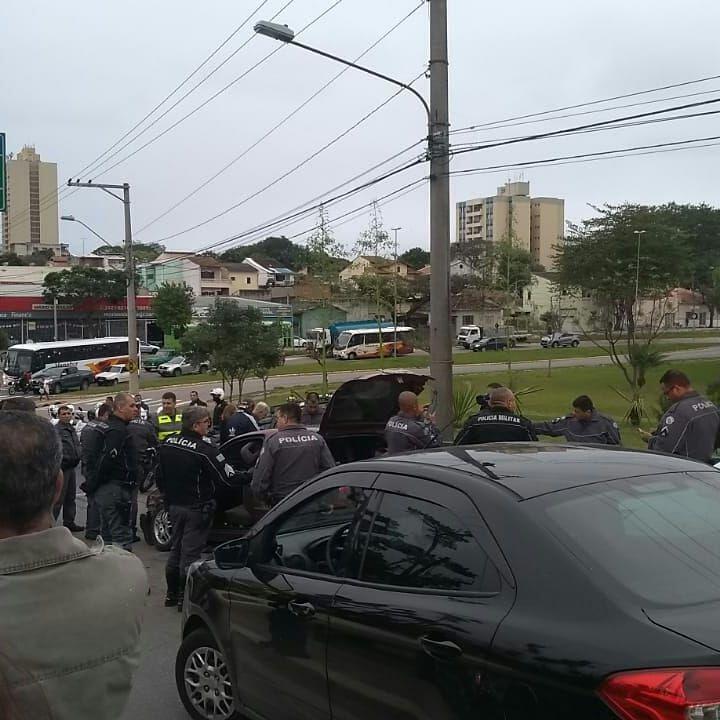 Policias em atendimento à perseguição gerada pelos suspeitos. / Divulgação/Polícia Militar