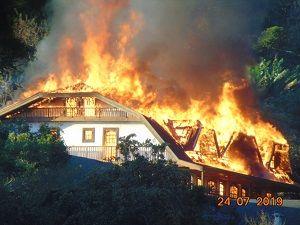 Momento em que as chamas atingiam o hotel localizado em Santo Antônio do Pinhal  / Arquivo Pessoal