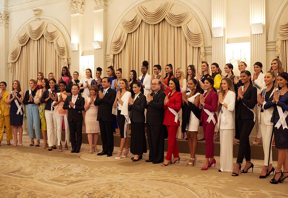 Candidatas à coroa de Miss Universo visitam Palácio do Governo em Bangkok