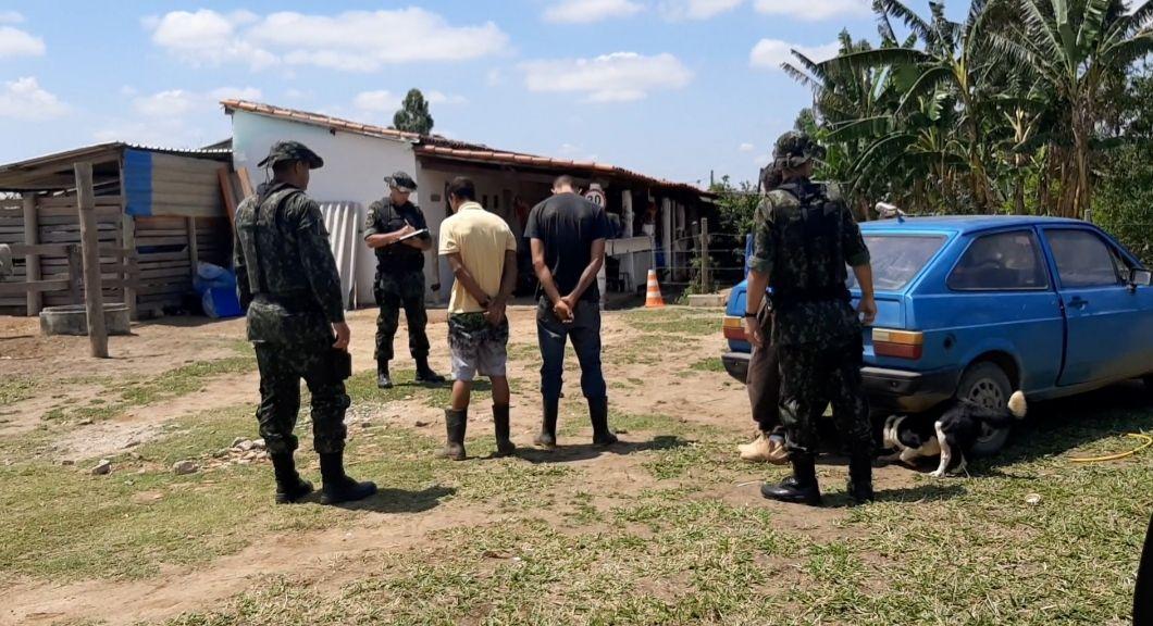 Pai e filho suspeitos de matar duas pessoas em uma van são detidos