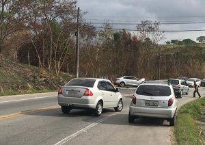 Acidente deixa três feridos em avenida de Jacareí