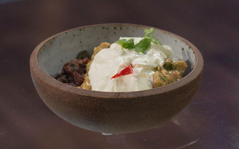 Montadito com guacamole, chilli de feijão preto e vermelho com quiabo