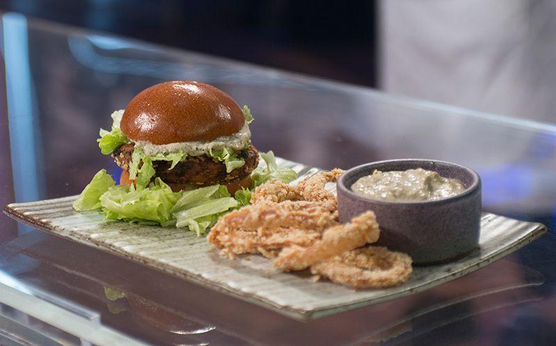 Hambúrguer de falafel com maionese de hortelã e anéis de cebola