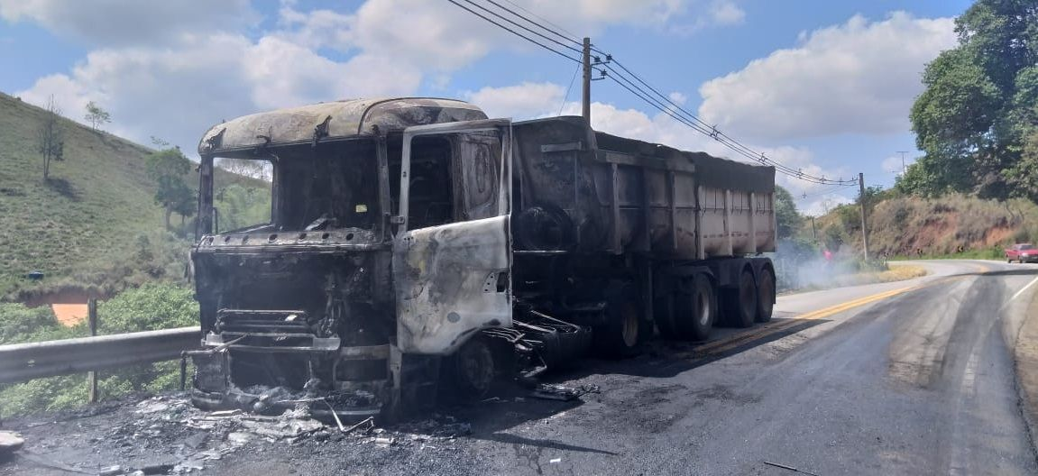 Carreta pega fogo e interdita SP 153 em São Luiz do Paraitinga