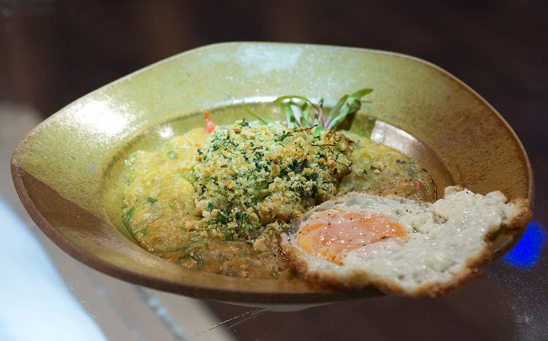 Enguia com crosta de pistache com pirão de peixe e ovo frito