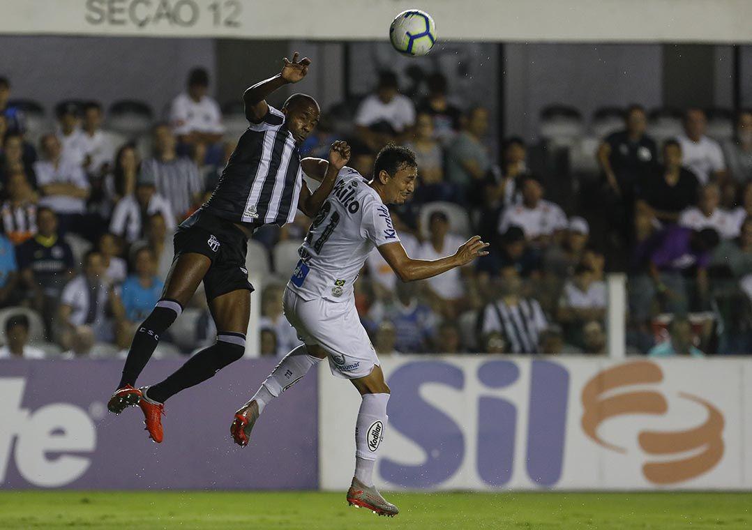 Fabinho salta em disputa com Pituca, do Santos: volante foi alvo de atos racistas, disse Galhardo