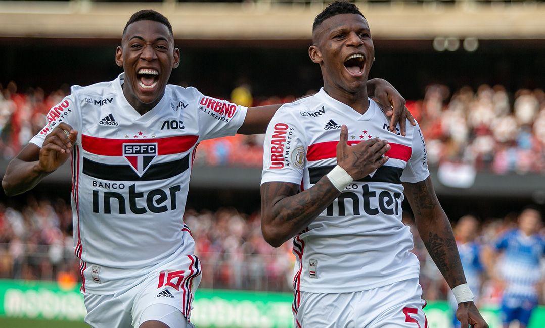 Com um a mais, São Paulo vence Avaí e entra no G4