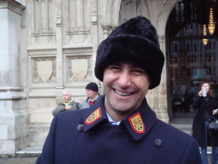 Pampolini com o uniforme oficial da Abadia de Westminster durante o inverno londrino / Foto: Arquivo Pessoal