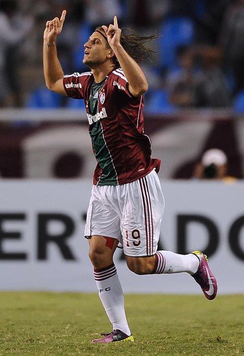 Rafael Moura comemora gol que abriu o placar