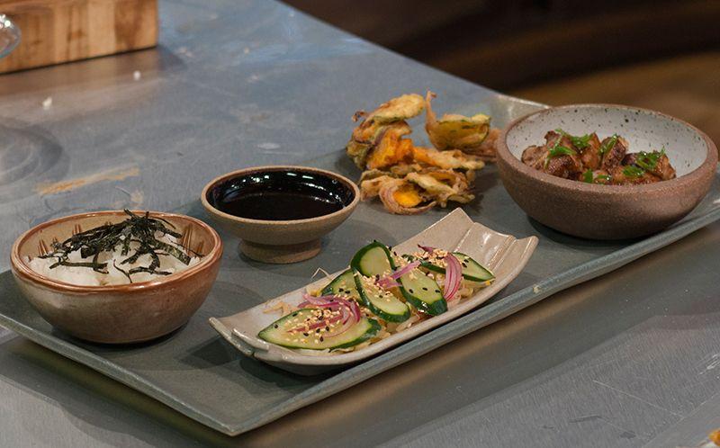 Bentô de barriga de porco com tempurá de legumes, gohan e picles de cebola e pepino