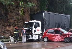Duas pessoas ficam feridas em acidente entre carro e caminhão em SSB