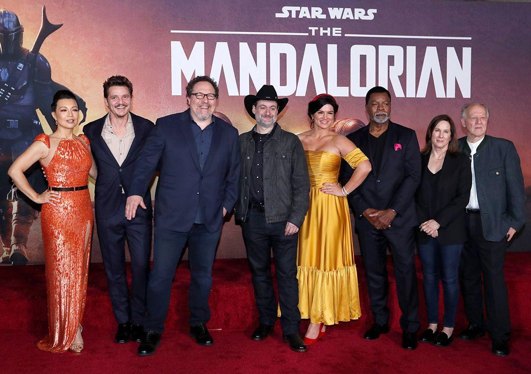 Criador de The Mandalorian, Jon Favreau (terceiro a partir da esquerda), e executivos e elenco da série, em Los Angeles / Mario Anzuoni/Reuters