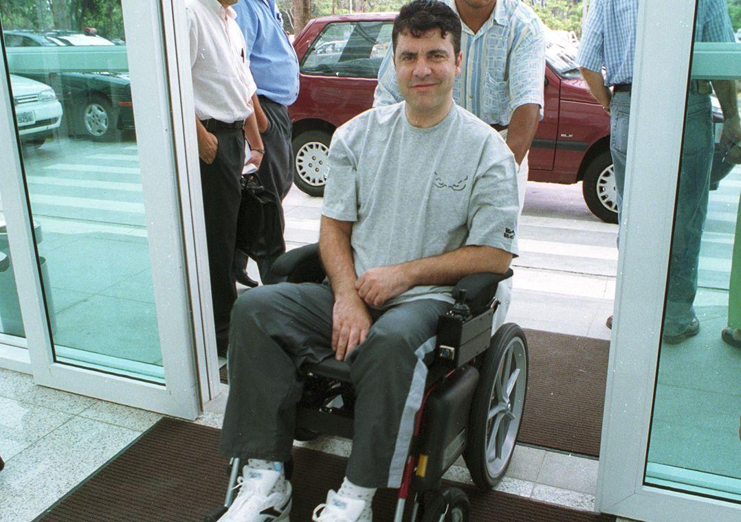 Gerson Brenner em foto de 2000, dois anos depois de ser baleado em um assalto / Kathia Tamanaha/Estadão Conteúdo