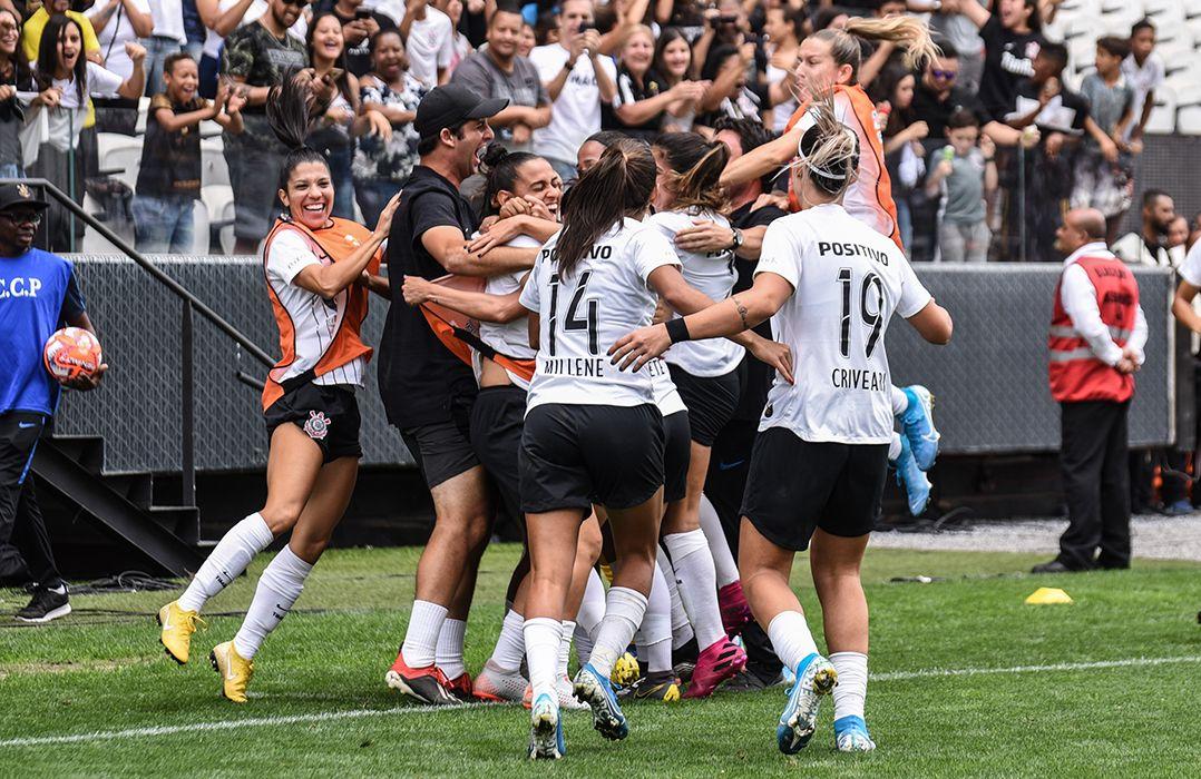 Jogadoras do Corinthians comemoram em Itaquera / Caio Rocha/Framephoto/Estadão Conteúdo
