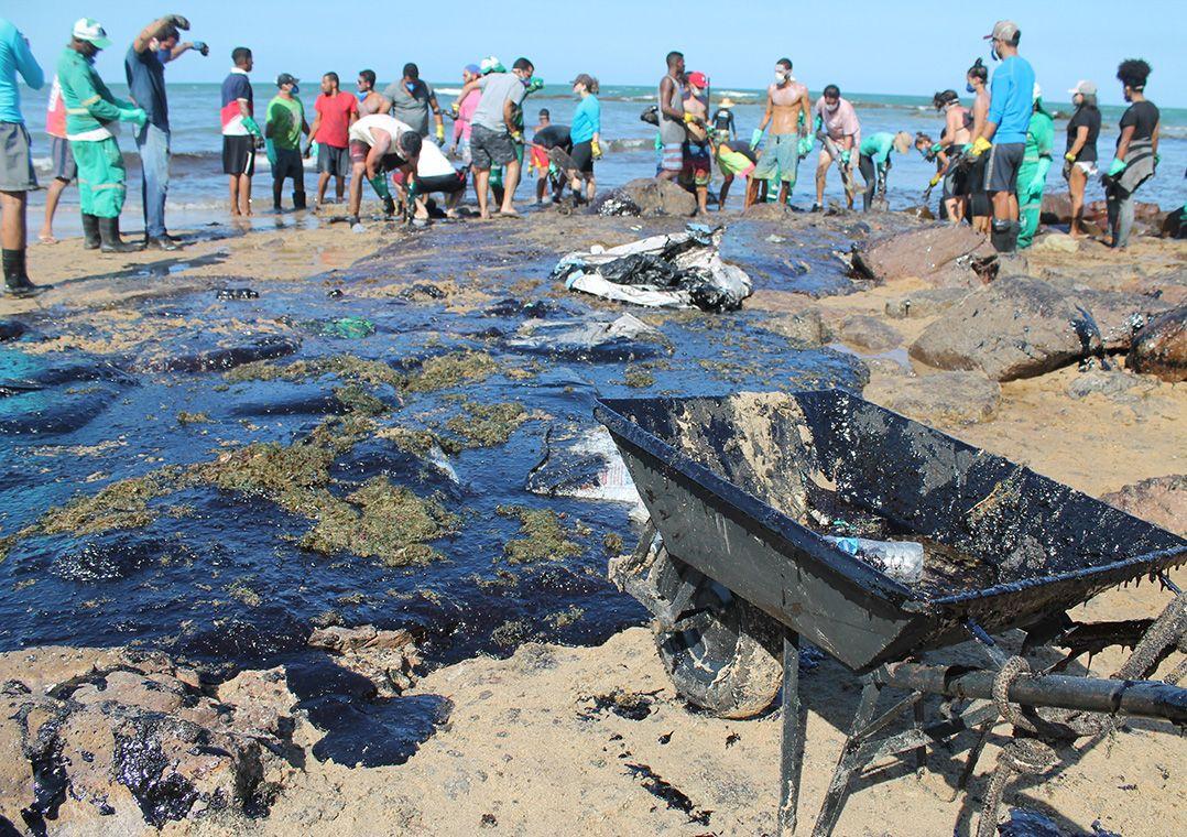 Óleo em grande proporção atingiu o trecho entre as praias de Itapuãma e Pedra do Xaréu no município do Cabo de Santo Agostinho, litoral sul de PE / Pedro de Paula/Estadão Conteúdo