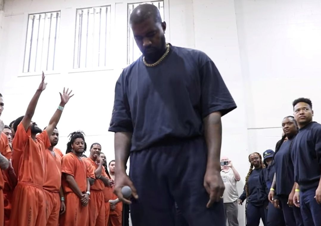 Kanye West se apresenta para presos em Houston  / Reuters