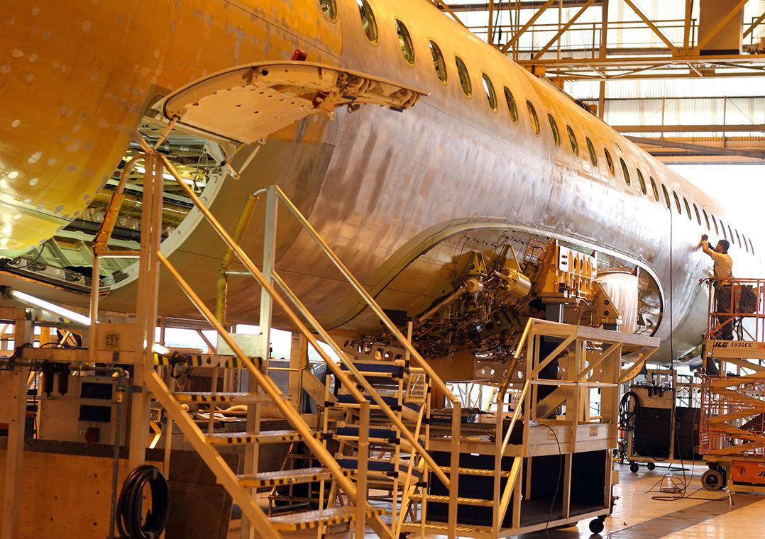 Imagem da selagem de aviões na linha de montagem da fábrica da Embraer / Tiago Queiroz/Estadão Conteúdo
