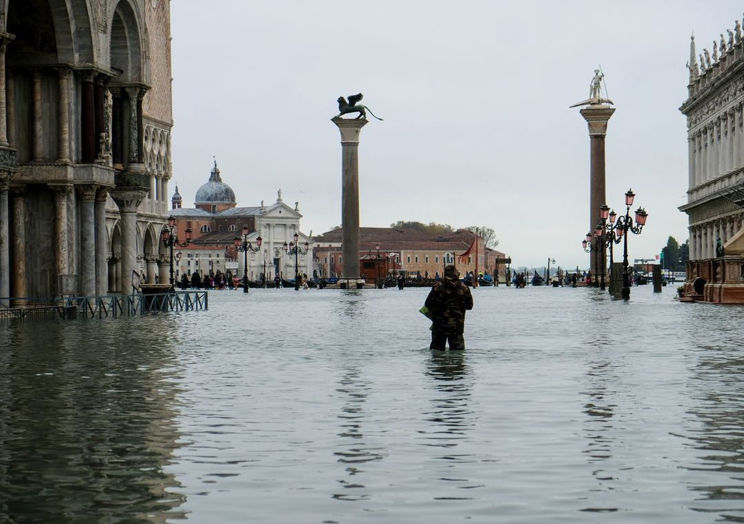 É a terceira vez em uma semana que a cidade italiana fica inundada / Manuel Silvestri/Reuters