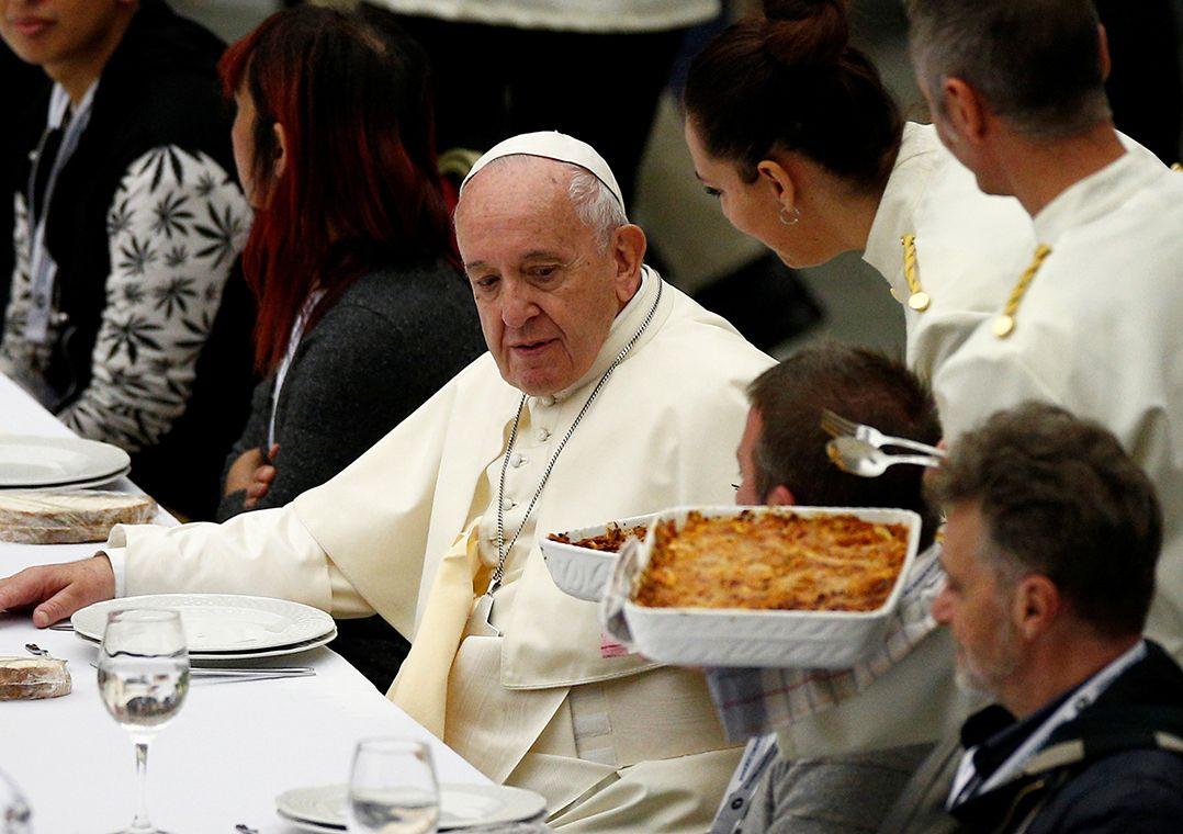 Almoço foi servido por 50 voluntários e colaboradores de associações de voluntariado / Guglielmo Mangiapane/Reuters