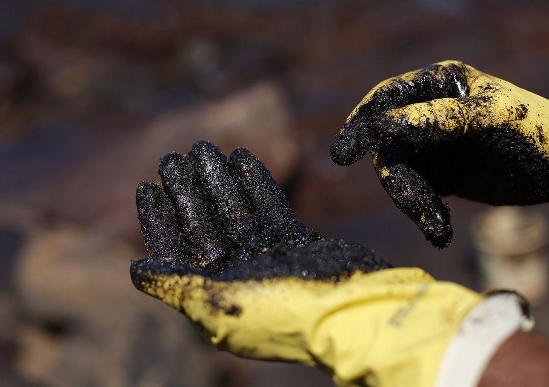 Voluntários trabalham na retirada do óleo que atinge o nordeste brasileiro na Praia de Itapuama, em Pernambuco / Leo Motta/Estadão Conteúdo