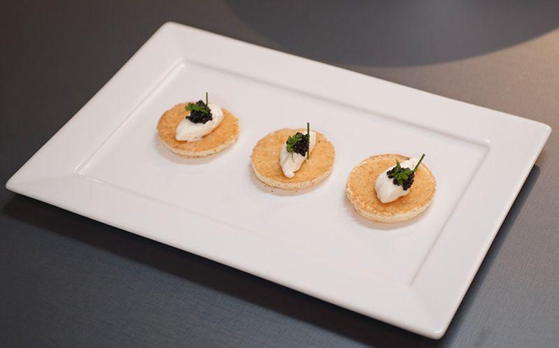 Blinis de caviar com creme azedo